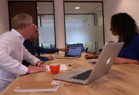 Werk - meeting - 3 personen in overleg met mac 8089 (1)